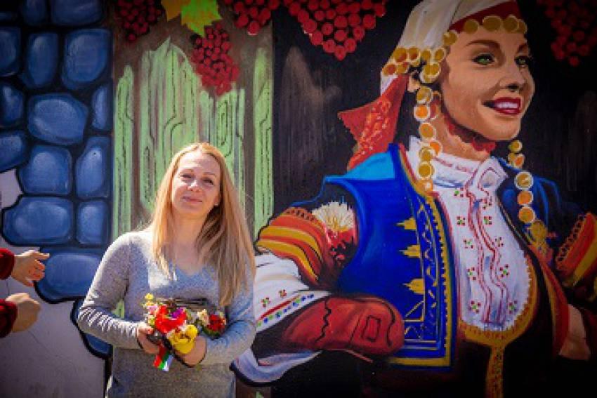 """Танцьорка на ансамбъл """"Тракия"""" грейна на пано върху дувар в Старо Железаре"""