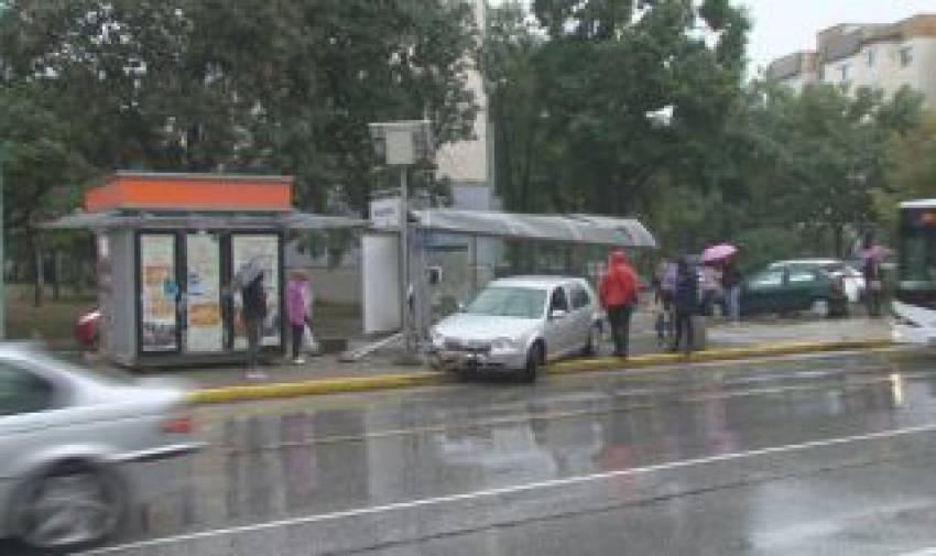 Кола се вряза в автобусна спирка